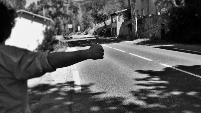 Viaggiare senza spendere soldi: gli aspetti negativi. Attesa in autostop