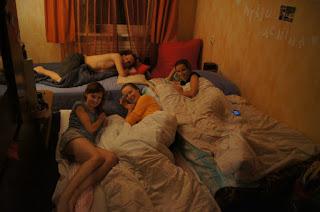 Dormire sui materassi per terra