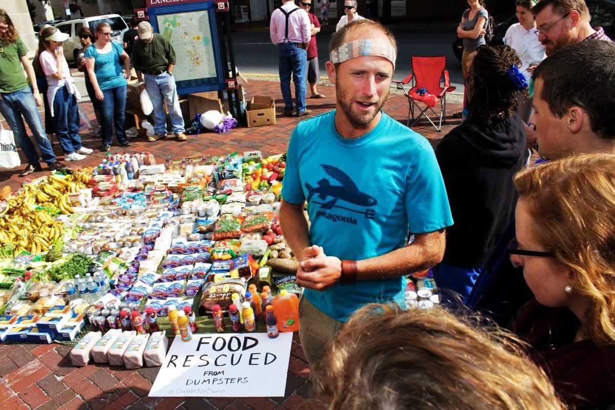 Dumpster Diving: recuperare cibo invenduto