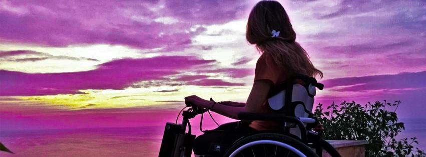in viaggio su una sedia a rotelle