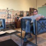 Emanuele Lispi nel suo showroom