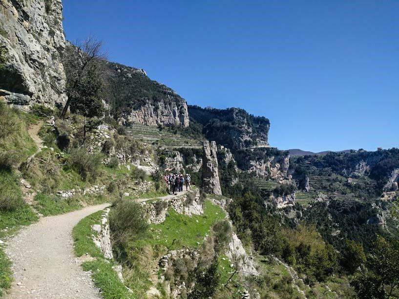 Il percorso del Sentiero degli Dei, un sentiero sospeso tra cielo e mare