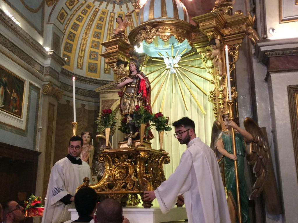 La statua di San Trifone che sta per essere portata in processione