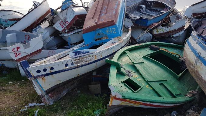 Lampedusa, lentezza, riflessioni, barche ammassate