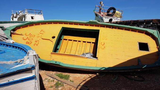 foto della barca gialla con la data a prua, Lampedusa