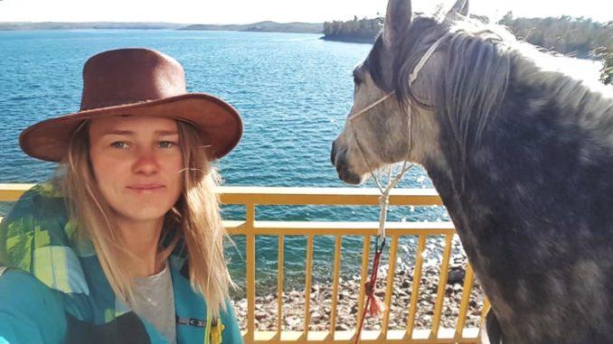 viaggiare con il cavallo, cowboy, ragazza
