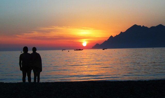 busking, busker, artisti di strada, viaggiatori lenti, viaggiare con lentezza, slow Corsica, viaggio in Corsica, Sardegna, suonare per strada, spiaggia, sole