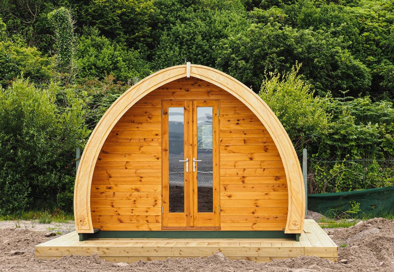 Una casetta di legno per fare glamping