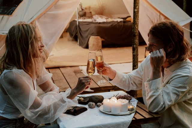 camping, glamping, campeggio, viaggio lento, slow travel, viaggiare con lentezza, coppia, viaggiatori, tempo libero, vacanza, natura, boschi, yurta, tipi