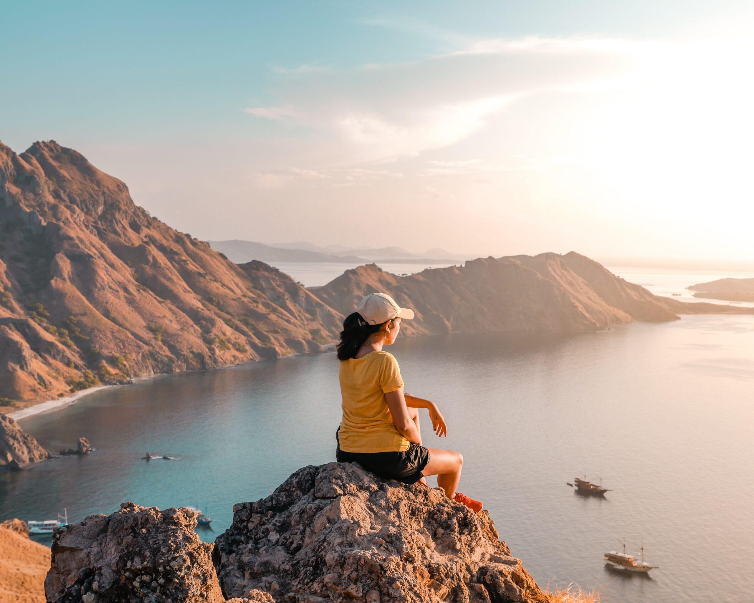 viaggiatrice, solitaria, viaggio lento, viaggiare con lentezza, panorama, isola, mare, roccia, scogli, arrampicata, slow