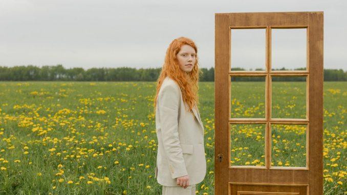 Minimalismo, ragazza con i capelli rossi, porta