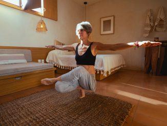 vivere zen, meditazione, spiritualità, donna di mezza età, salute, fitness, mantenersi in forma